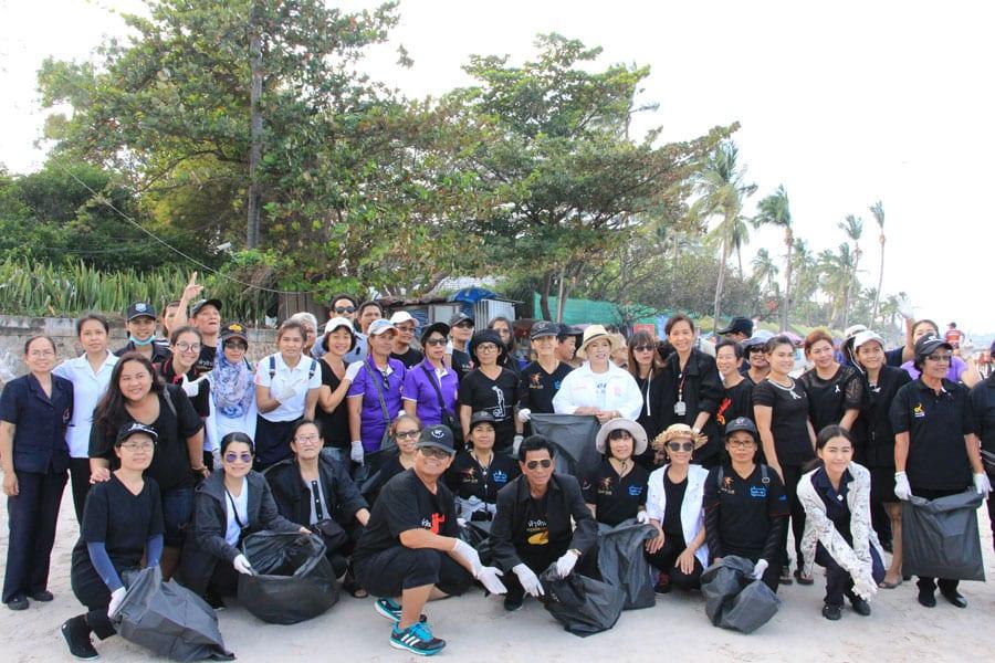 Hua Hin Red Cross In Beach Clean-up